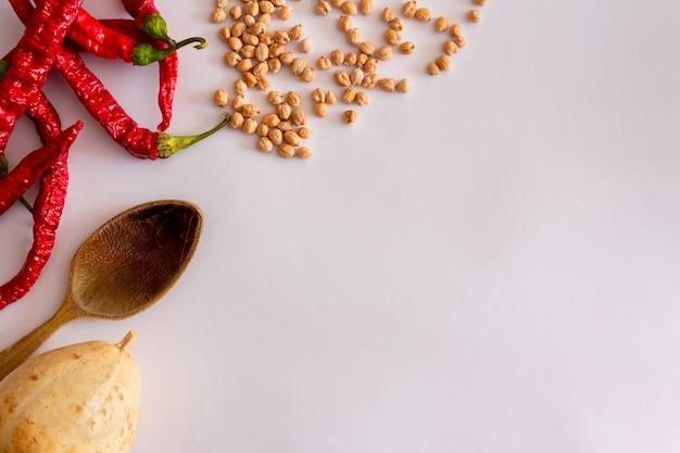 赤唐辛子乾燥カボチャ木製おたまとひよこ豆自家製地中海料理コピースペース