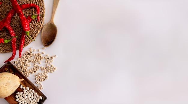 枝編み細工品の表面に赤唐辛子おたま乾燥カボチャとさまざまな種類の豆地中海料理