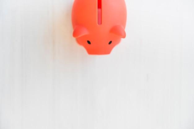 Красный копилка на белом столе
