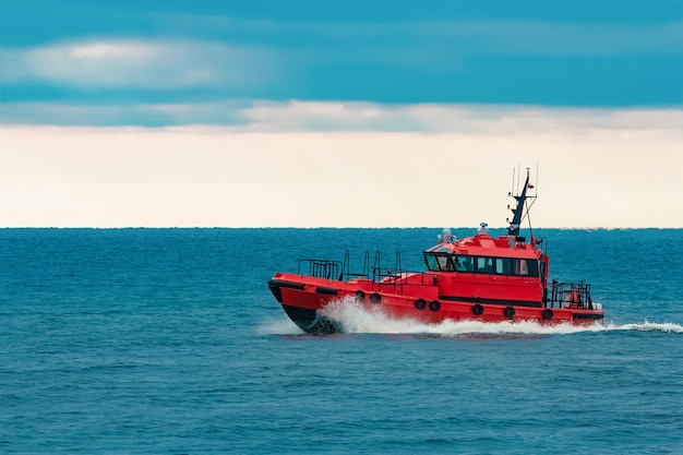 バルト海から高速で移動する赤いパイロット船