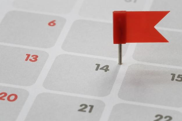 Красный вывод помещается на фон календаря в числе четырнадцати.