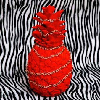 얼룩말 인쇄 배경에 빨간 파인애플입니다. 최소한의 창작 예술