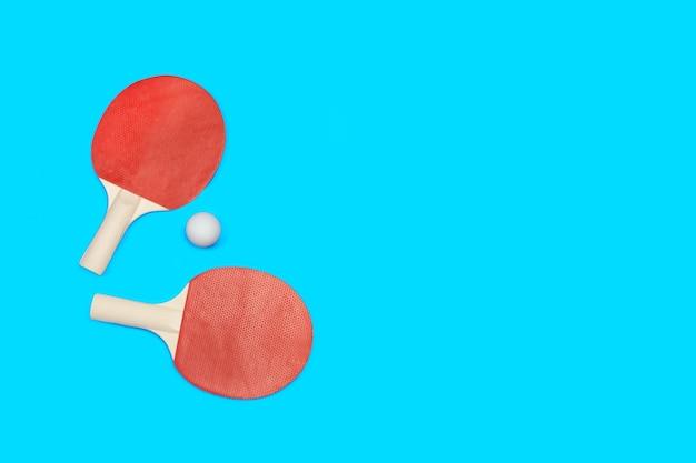 빨간색 탁구 패들과 파란색에 흰색 공