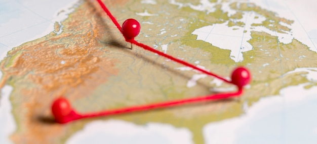 Красные булавки на винтажной карте