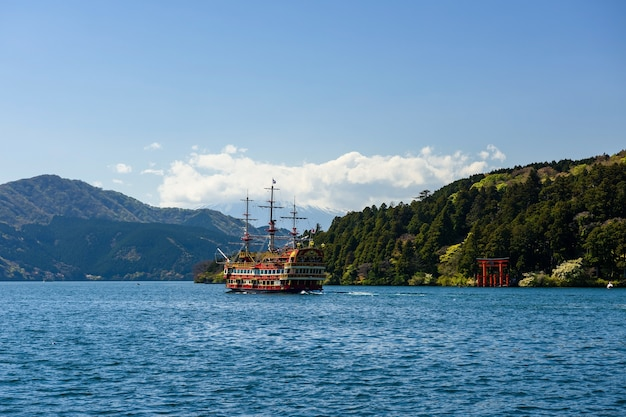 Красный пиратский туристический круиз через красные ворота тории храма хаконэ на озере аши, япония