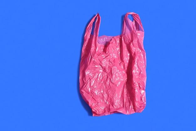 青色の背景に赤いビニール袋