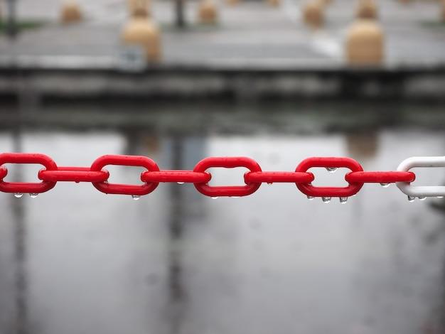 赤いプラスチックチェーンの選択的な焦点