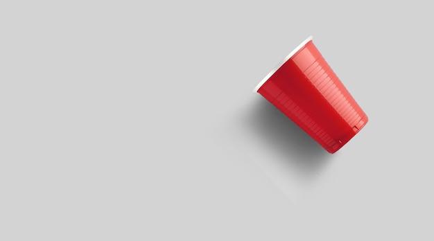 회색에 고립 된 빨간 플라스틱 컵입니다. 맥주 탁구 게임 개념