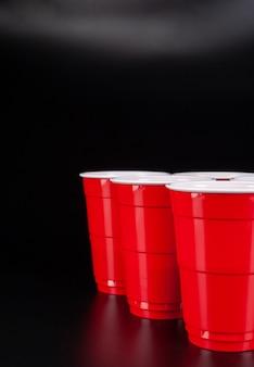 赤いプラスチックカップとビールのゲームのボール