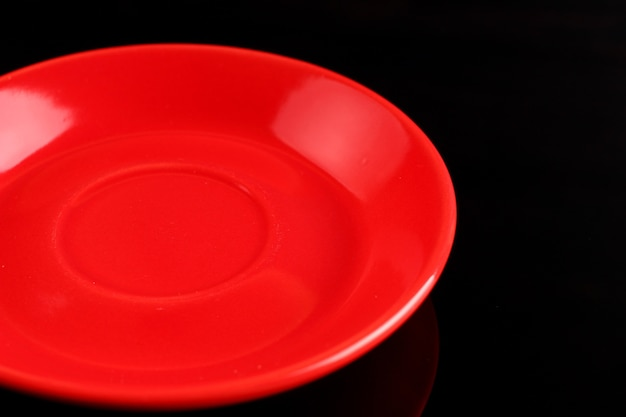 黒い表面に赤いプレート