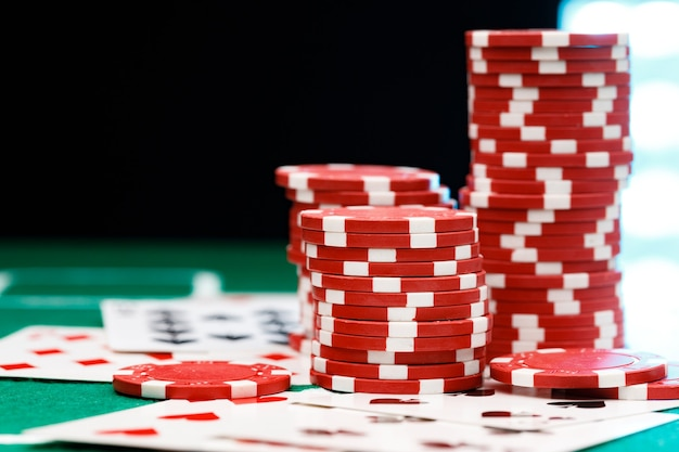포커 테이블에 빨간 게임 칩 및 카드