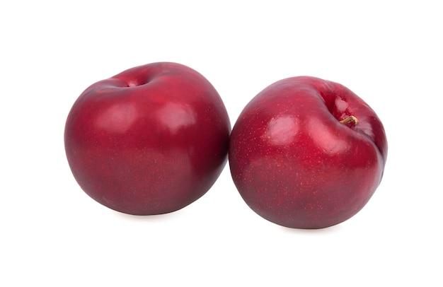 白い背景で隔離の赤い梅の果実