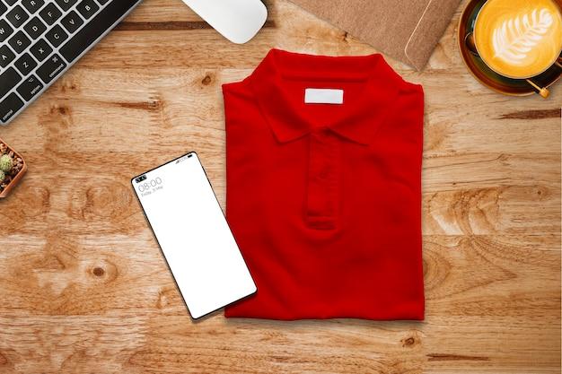 구정에 선물로 보낼 책상에 빨간 폴로 티셔츠.