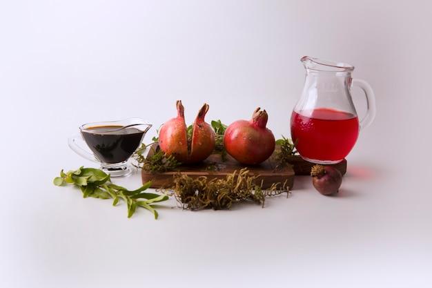 주스와 소스를 곁들인 붉은 석류