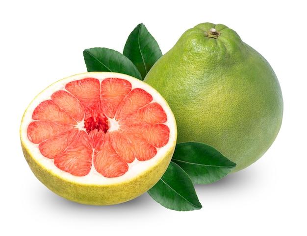 白、分離されたスライスと全体ザボンに赤いザボン柑橘系の果物。(クリッピングパス)
