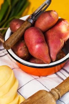정원사 상점 및 식품 시장을 위한 다진 감자 음식 사진 옆 깊은 그릇에 있는 빨간 감자