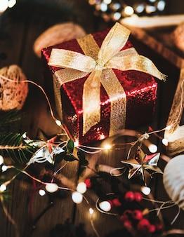Красная подарочная коробка под елкой