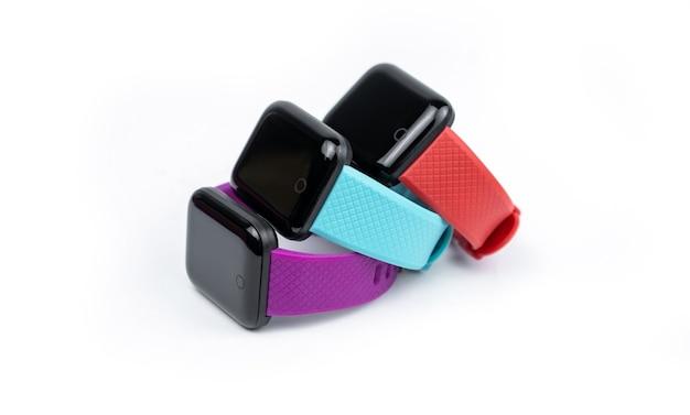 白い背景に分離された赤、紫、青のスマートウォッチ