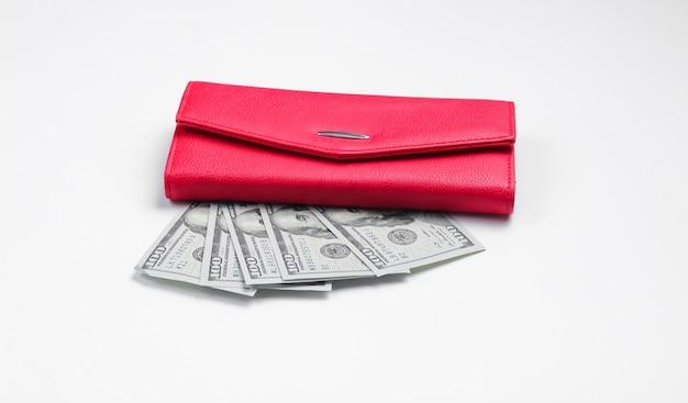 赤い財布と白の100ドル札。