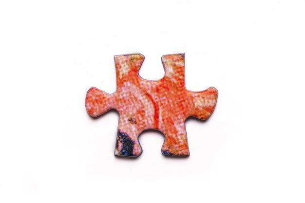 흰색 표면에 고립 된 빨간 퍼즐 게임 조각