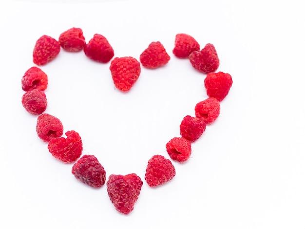 赤いラズベリーはハートの形に配置されています。ラズベリーが大好きです。