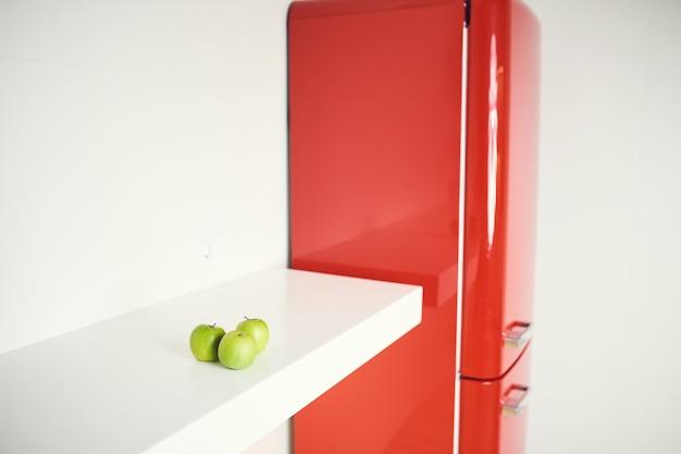 白い背景の内部に赤い冷蔵庫