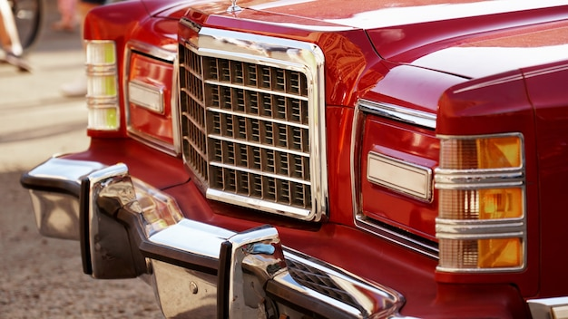 레드 레트로 자동차 오래 된 빈티지 자동차 헤드라이트 레트로 자동차의 전시회를 닫습니다