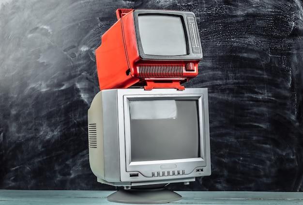칠판 배경에 빨간색 복고풍 올드 스쿨 휴대용 미니 tv