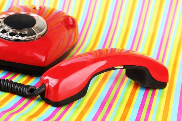 明るい赤のレトロな電話