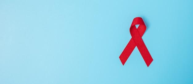 Красная лента для поддержки людей живущих и больных. концепция здравоохранения и безопасного секса. декабрь всемирный день борьбы со спидом и месяц распространения информации о множественной миеломной раке