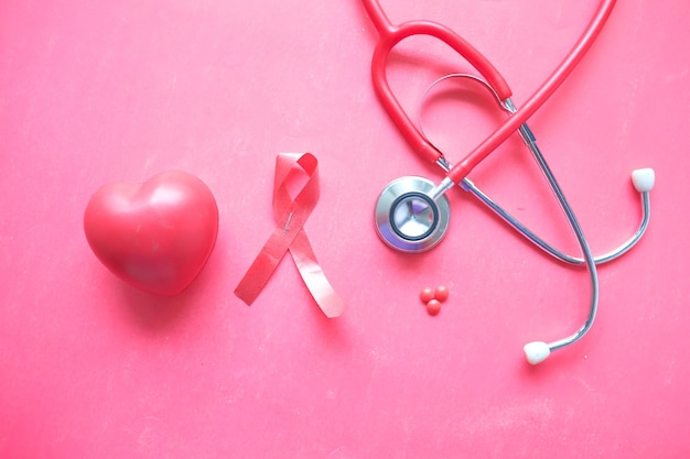 赤いリボンのhivの心臓の形と赤い壁の聴診器
