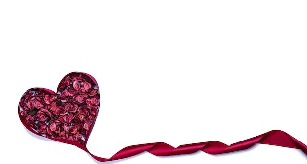발렌타인 하트와 장미 꽃잎 모양에 빨간 리본.
