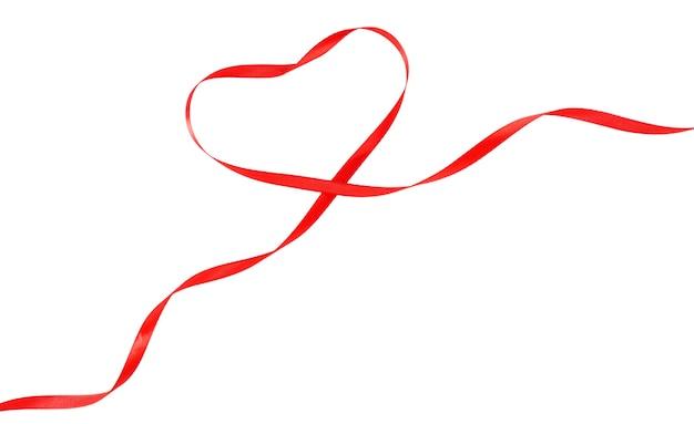 白で隔離のハートの形をした赤いリボン