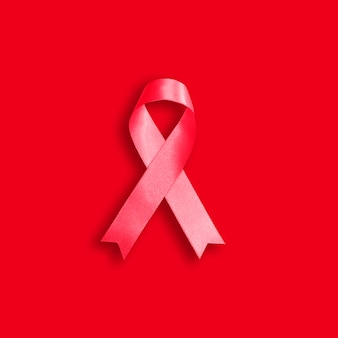 12月1日、世界エイズデーの赤い背景に赤いリボン