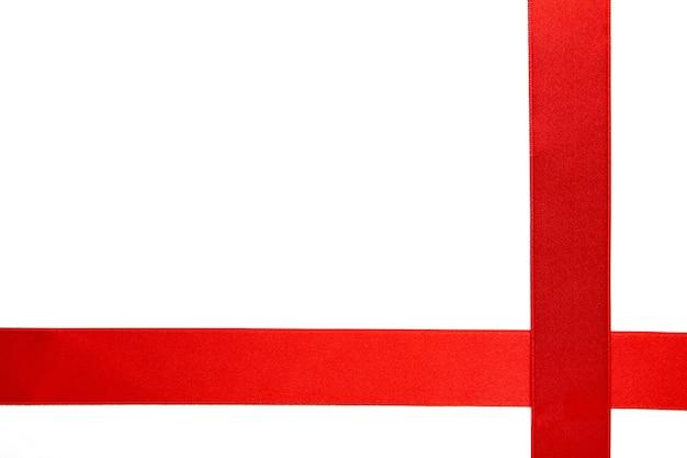 白い背景の上の赤いリボン
