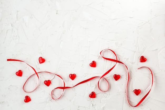 마음으로 빨간 리본입니다. 발렌타인 데이 카드와 인사말을 디자인합니다. 복사 공간이있는 평면도
