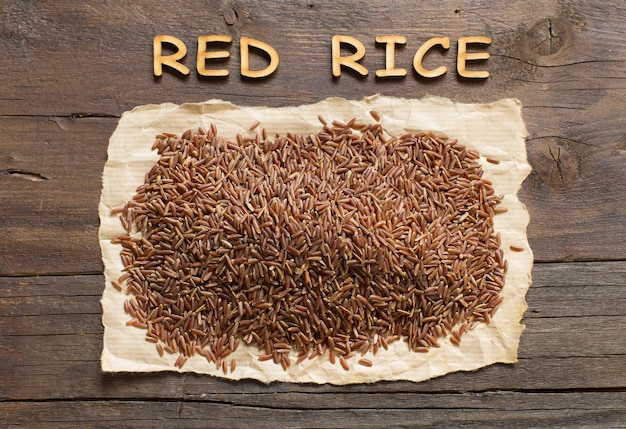 木製の文字の上面図と木製のテーブルの上の赤いご飯
