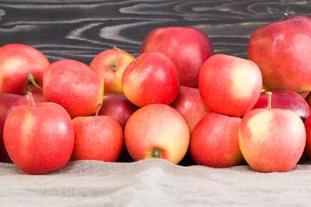 赤く熟したジューシーなリンゴにシナモンスティックを添えて、フルーツとスパイスのおいしいデザートを作ります