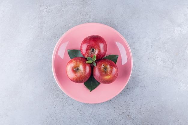 붉은 익은 사과 과일 돌 테이블에 배치합니다.