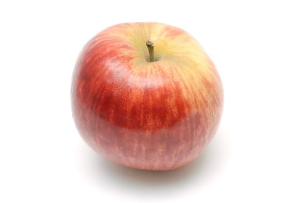 Красное спелое яблоко на белом фоне