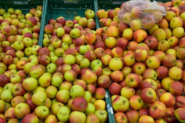Красные спелые яблоки в продуктовом магазине