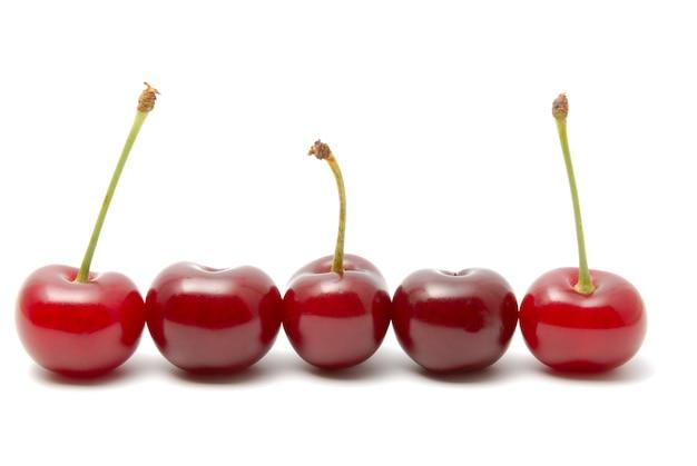 Красная спелая вишня на белом фоне