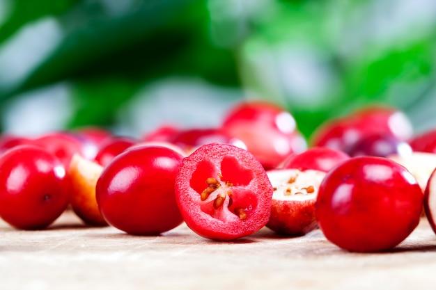 テーブルの上の赤い熟したクランベリー、赤い酸っぱい健康的なクランベリー、工業用庭園で栽培された自家製クランベリー