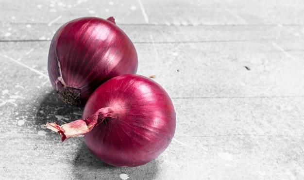 赤熟した玉ねぎ。素朴なテーブルの上