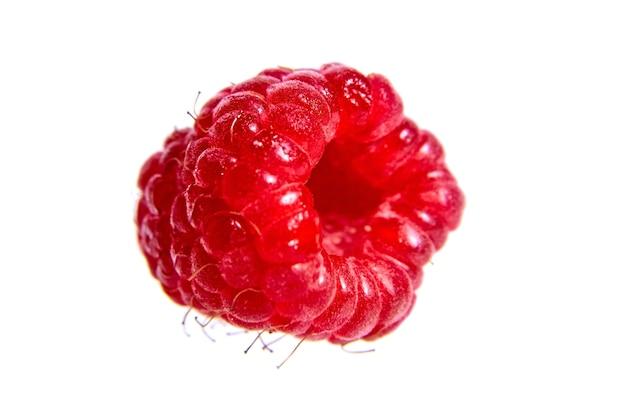 Красная спелая малина изолированные