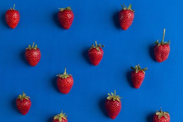 Красный спелой клубники узор летний фон полный витаминов закуска здоровая еда для вегетарианцев