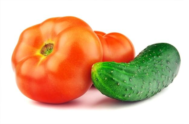 붉은 익은 토마토, 오이, 흰색 배경에 고립
