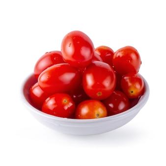 흰색 배경 위에 절연 붉은 익은 토마토
