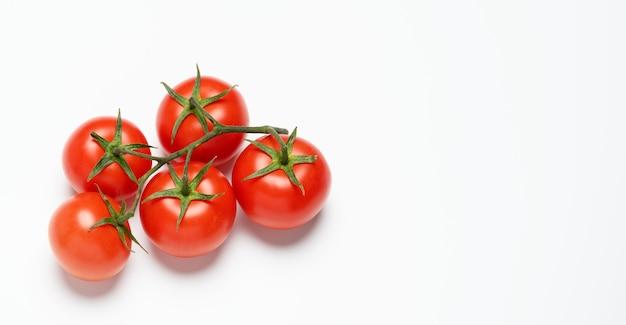 緑の枝に赤い完熟トマト、健康野菜、コピースペース