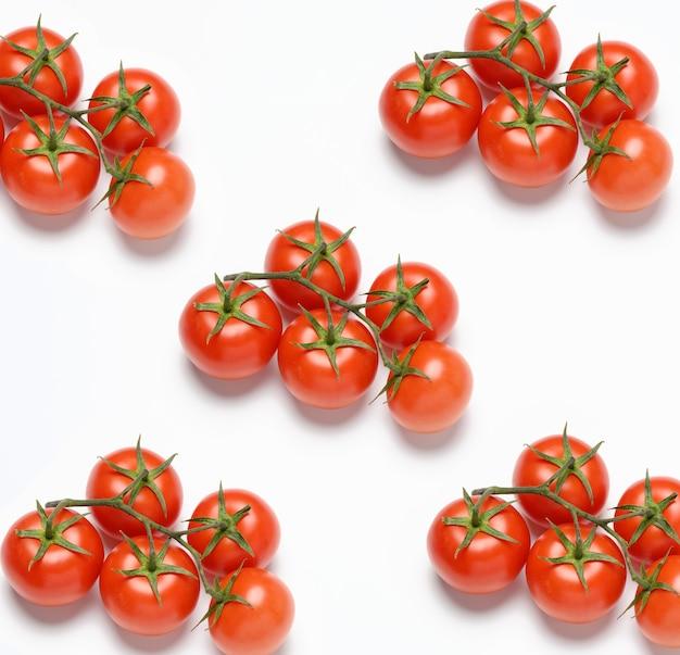 흰색 표면, 건강한 야채, 평면도에 녹색 지점에 빨간색 잘 익은 토마토